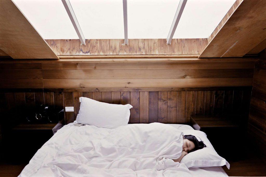 Dlaczego warto spać pod kołdrą puchową?